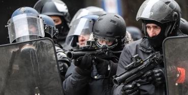 7795955024_des-policiers-lors-des-manifestations-des-gilets-jaunes-le-15-decembre-2018-a-paris.jpg