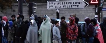 des-migrants-durant-l-evacuation-le-9-mai-2017-du-campement-illicite-installe-porte-de-la-chapelle-a-paris_5877643.jpg
