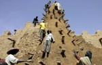316384_des-habitants-de-tombouctou-restaurent-la-grande-mosquee-construite-en-1327-par-l-empereur-kancan-moussa-le-10-avril-2006.jpg