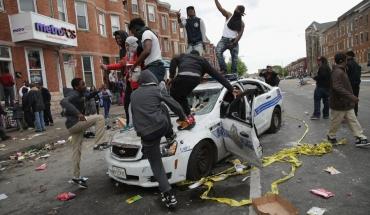 emeutes-a-baltimore-etats-unis-jeunes-noirs-sautant-sur-une-voiture-de-police.jpg