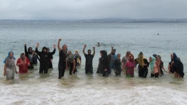 douarnenez-ils-se-baignent-habilles-la-plage-des-dames.jpg