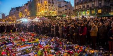 des-milliers-de-personnes-sont-venues-rendre-hommage-aux_3693391_1000x500.jpg