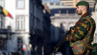 un-soldat-belge-dans-une-rue-de-bruxelles-apres-des-operations-contre-une-cellule-terroriste-le-17-janvier-2015_5190275.jpg