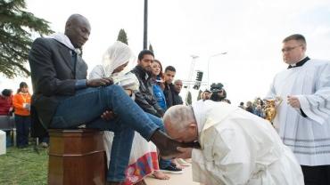 photo-fournie-par-les-services-de-presse-du-vatican-montrant-le-pape-francois-accomplissant-le-rituel-du-lavement-des-pieds-au-centre-d-accueil-pour-migrants-a-castelnuovo-di-porto-pres-de-rome-le-24-mars-2016_5570697.jpg