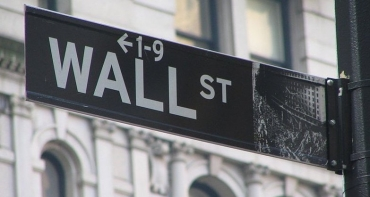 800px-wall_street_sign-800x475.jpg