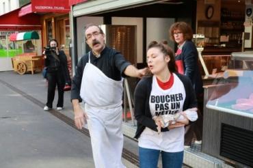 1157495-un-boucher-repousse-une-militante-vegan-devant-une-boucherie-a-paris-le-22-septembre-2018.jpg