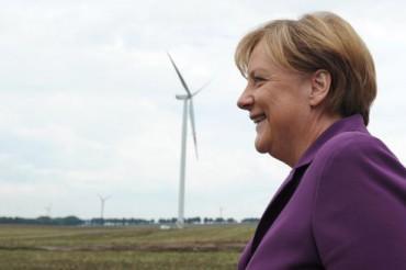Angela-Merkel-dans-un-champ-déoliennes.jpg