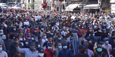 Manifestation-des-sans-papiers-à-Paris-le-30-mai-2020-Sans-papiers-mais-pas-sans-Iphone-remarque-Marine-Le-Pen-1024x512.jpg