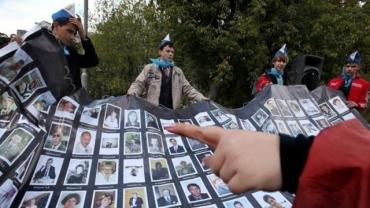 une-banniere-a-l-effigie-des-victimes-de-la-prise-d-otages-du-theatre-doubrovka-est-installee-sur-le-site-du-memorial-a-moscou-le-3-septembre-2010_844005.jpg