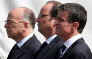 Bernard-Cazeneuve-Francois-Hollande-et-Manuel-Valls-a-l-hommage-des-deux-policiers-tues-a-Magnanville_pics_390.jpg