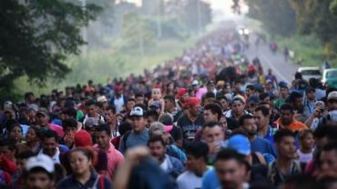 des-honduriens-de-la-caravane-des-migrants-sur-une-route-reliant-ciudad-hidalgo-a-tapachula-au-mexique-le-21-octobre-2018_6120042.jpg